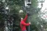 街路灯をよじ登りながらのリフティングパフォーマンス!