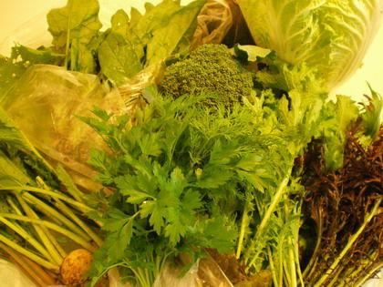 バイオダイナミック農場のフレッシュハーブと西洋野菜