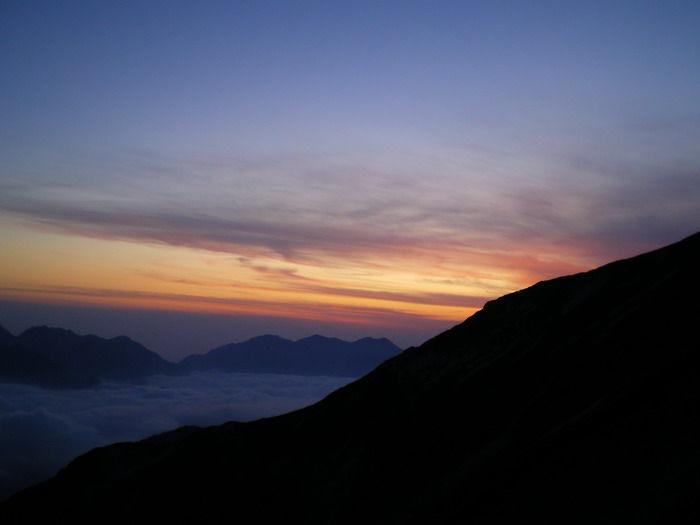 北アルプス唐松岳山頂で迎える夕暮れと日の出