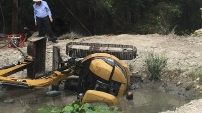 aussie-man-digger-trapped
