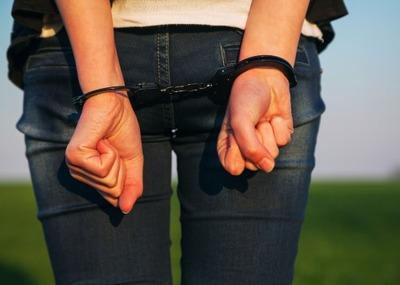 【アフォ?】女性中学教諭(30代)が元教え子の男子高校生にわいせつ行為をして懲戒免職「相談に乗っていて…」