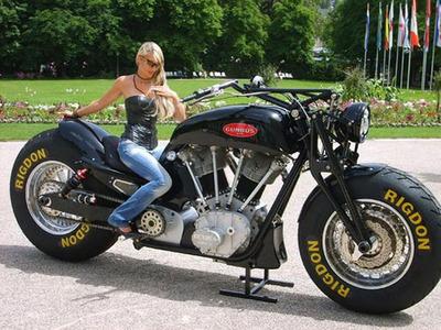 【悲報】女さん、バイクに乗り粋がる・・・