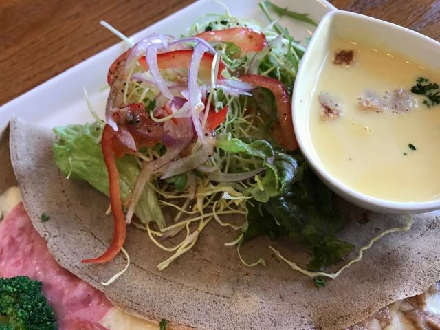ハムとツナマヨのガレットサラダ