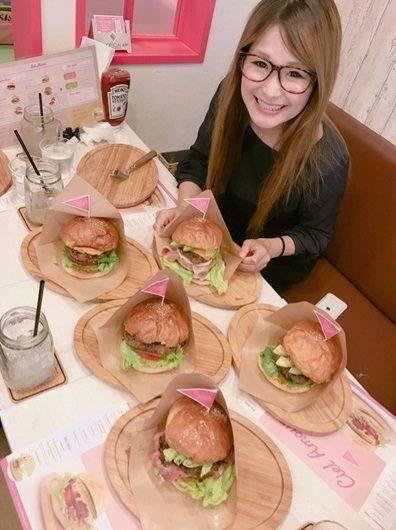 辻希美の母のハンバーガー店を訪問したギャル曽根「全種類制覇!」