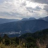 明星ヶ岳の尾根から大平台温泉郷〜湯坂山〜浅間山〜二子山を望む
