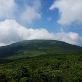 中大巓の分岐付近から大凹の湿原〜梵天岩〜西吾妻山を望む