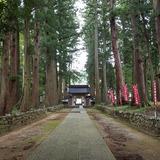 眼目山 立山寺 栂の並木参道と中雀門