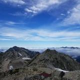 大汝山山頂から富士ノ折立〜剣岳、遠くに白馬岳を望む