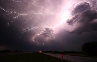 lightning-1056419_640-min