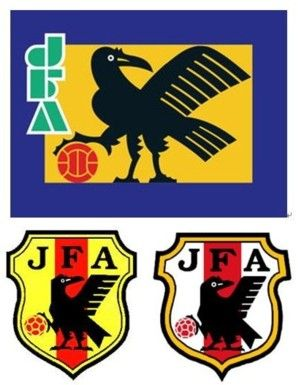 図9:旧JFA旗(上)と日本代表エンブレム