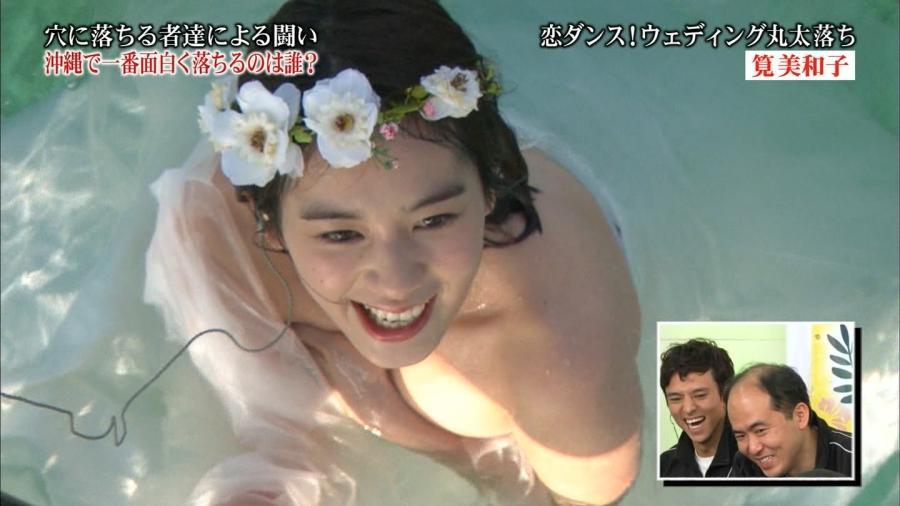 筧美和子 Eカップ胸あわやポロリ「全落in沖縄」画像