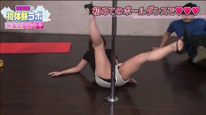 """篠崎愛 """"ポールダンス"""" パンチラ& 胸チラ 画像"""