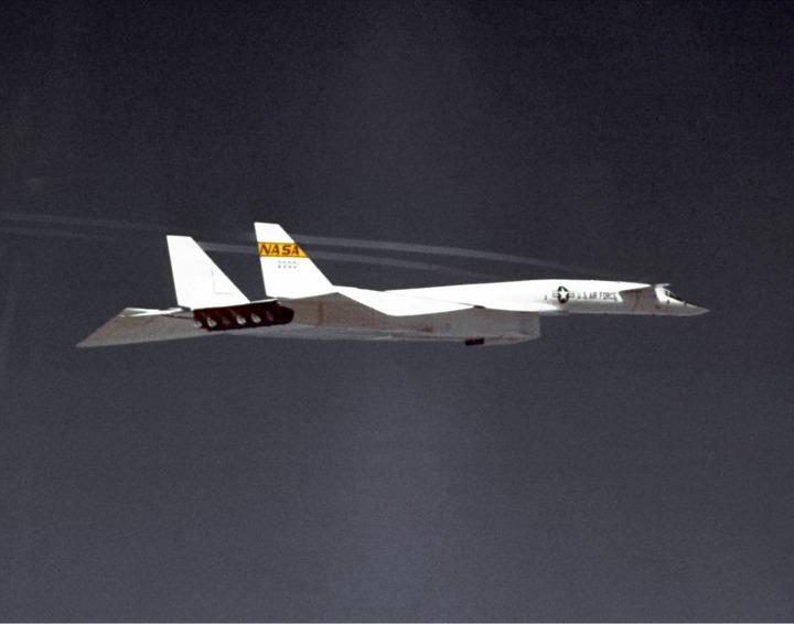 North_American_XB-70_in_flight_ECN-2128