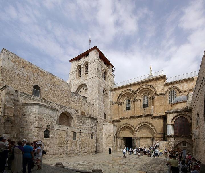 1024px-Jerusalem_Holy_Sepulchre_BW_19