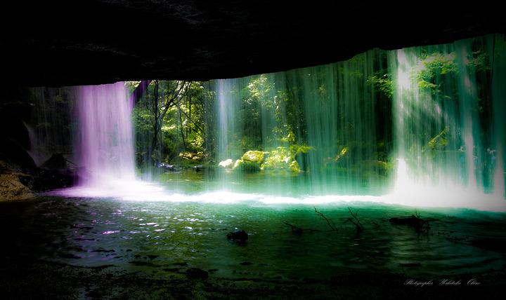 1280px-裏から見る鍋ヶ滝