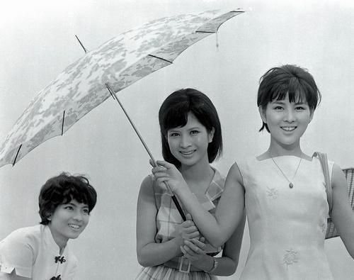 傘で遊ぶ吉永小百合