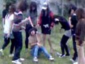 15歳の少女を全裸に剥き、残虐で無慈悲な集団リンチを加える中国人の女達 (+18 バイオレンス注意)