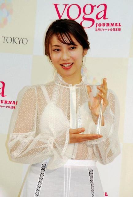 女優・内山理名、白のシースルー服で美脚披露 ヨガ指導評価で受賞
