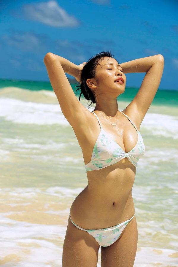 Photo of 【グラビア】佐野ひなこ、2年ぶり写真集 ビキニ姿が女神級!