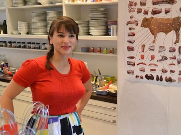 【画像】Eテレ料理番組の外国人女性、いくらなんでも爆乳すぎる「料理よりおっぱい見ちゃう」