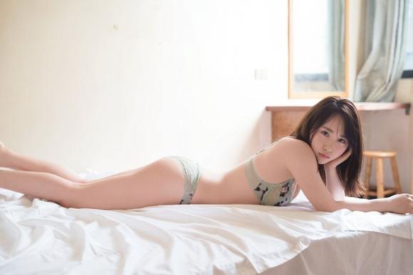 【グラビア】AKB高橋朱里、1st写真集重版決定! ベッドの上でSEXYなランジェリー姿披露