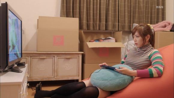 【画像】本田翼さん、エッチなミニスカニーハイ姿でゲームをプレイ