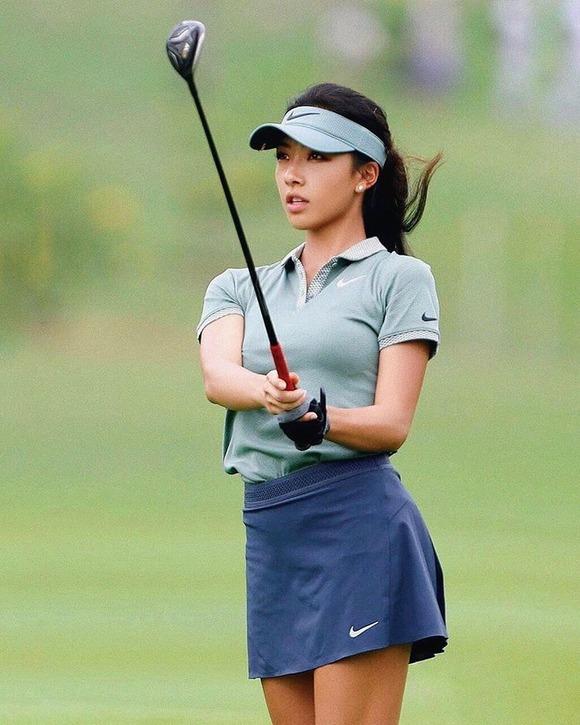 【画像】中国のセクシーゴルファーが話題に インスタのフォロワー急増中 水着姿も!