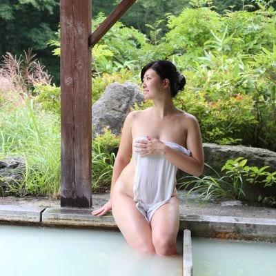 """温泉モデルしずかちゃん、""""全裸で入浴""""のこだわり語る「混浴にはスリルがある」"""