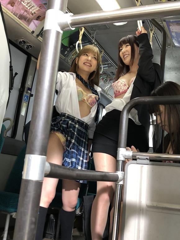 【画像】バス車内にエロい女さんwww