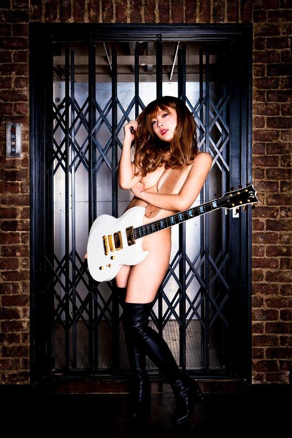 「いま一番脱げるシンガー」藤田恵名、裸にギター 豊満バストあらわな過激ジャケ写解禁