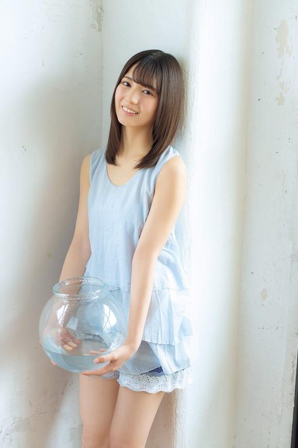 【グラビア】日向坂46センター・小坂菜緒(16)、まぶしい美肌&キュンとするセーラー服姿に