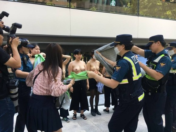 【画像】女さんたちが昼間から路上でおっぱいを披露www