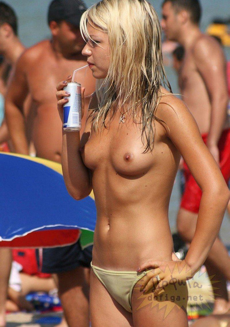 ヌーディストビーチってこんな美女が全裸で寝てんのかよwww 1枚目