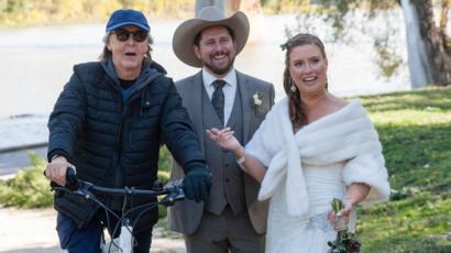 記念撮影中の新婚カップルの横をポール・マッカートニーが自転車で通りかかる  「おめでとう」と声をかけて去る  カナダ