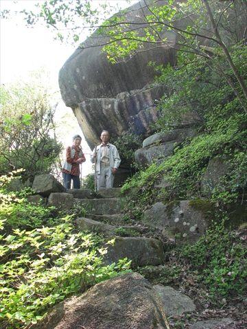 「奈良原遺跡ロード」祭祀エリアの奥にある巨岩