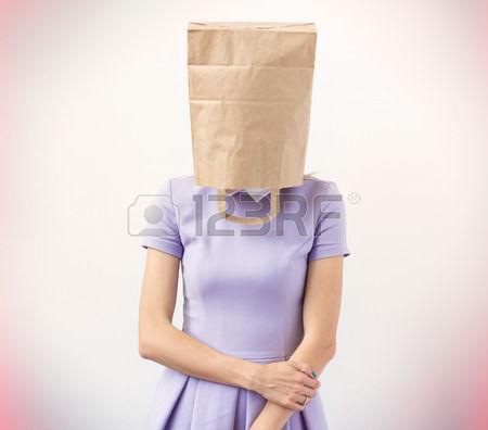 29799356-彼女の頭部上の紙袋を持つ若い女