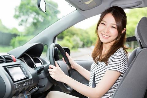 女に大きい車運転させる
