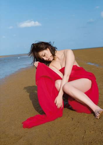 篠崎愛(25)新写真集で見せるムッチリ色白巨乳ボディがけしからんww【エロ画像】 表紙