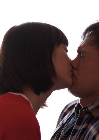 本田翼(25)がおじさんとのベロチューシーンを披露★★【エロ画像】