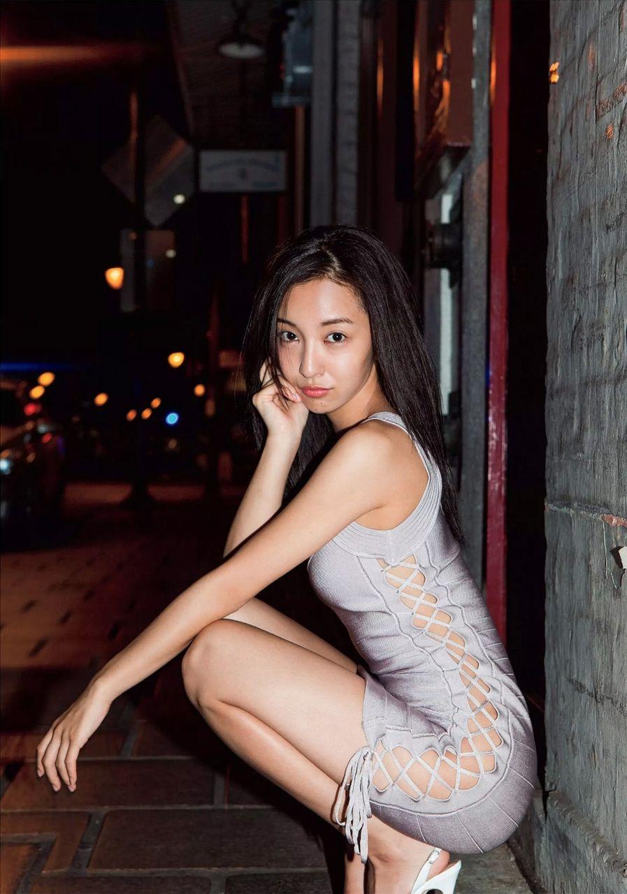 板野友美(26)ともちんの露出狂みたいな写真集グラビアがヌけるwwww(えろ写真)