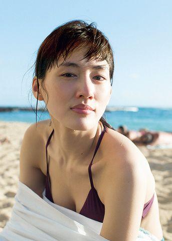 綾瀬はるか(31)最新写真集の胸チラ谷間が相変わらず巨乳でぐうシコww【エロ画像】 表紙