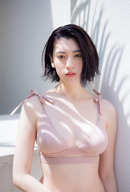 三吉彩花(21)巨乳お○ぱいが隠しきれない水着グラビアが抜ける