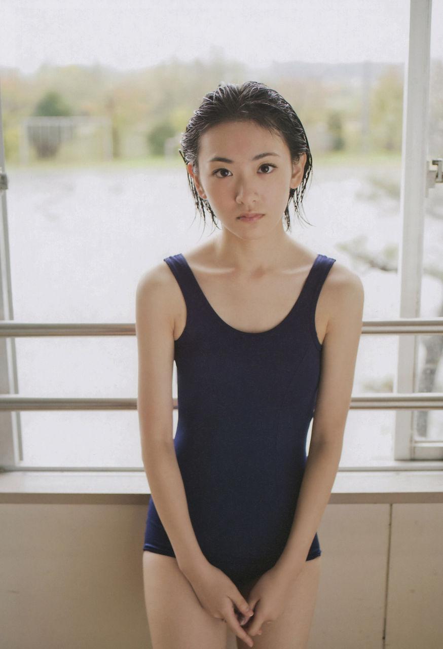 生駒里奈(22)乃木坂卒業するらしいので過去のスクール水着等ヌけるグラビアまとめwwww(えろ写真)