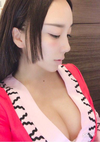 ざわちん(24)ハンコックコスで胸チラパイオツを披露☆☆【エロ画像】