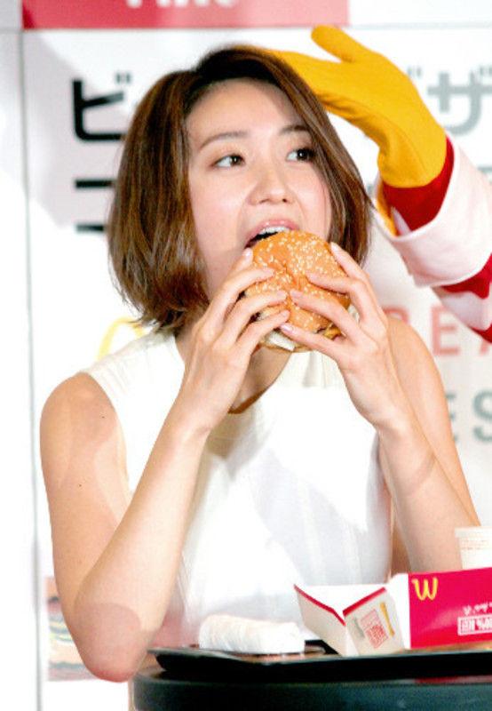大島優子(28)ハンバーガー食べるフェラチオ顔がちんこ好きそうでヌけるwwww(えろ写真)