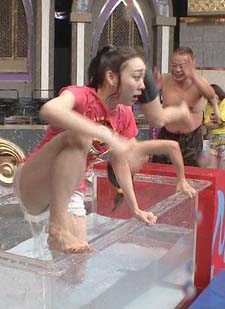 須田亜香里(26)の熱湯風呂で横からハミマンしそうな姿がえろいwwww(えろ写真)