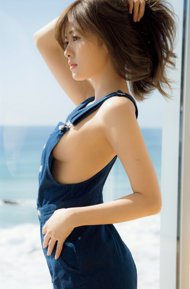 白石麻衣 (24)最新グラビアで横乳お乳…乃木坂史上超最高の露出度じゃねえかwwww(えろ写真)