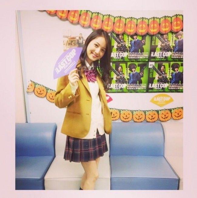 佐々木希(28)ミニスカ女子高生制服コスが似合いすぎててチンピク不可避wwこの美女はどこまでもエロいww【エロ画像】
