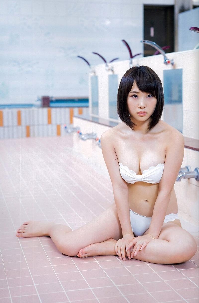 お風呂場に水着姿で座り込む高橋朱里の画像
