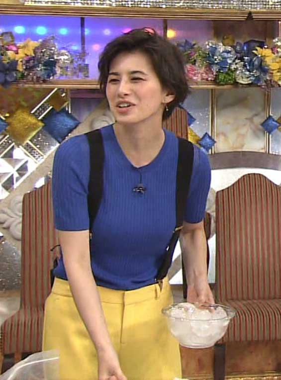 ホラン千秋(28)サスペンダーで強調された着衣スイカップが抜ける。。【エロ画像】